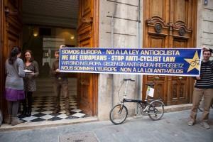 5 entregando carta en embajada paises bajos